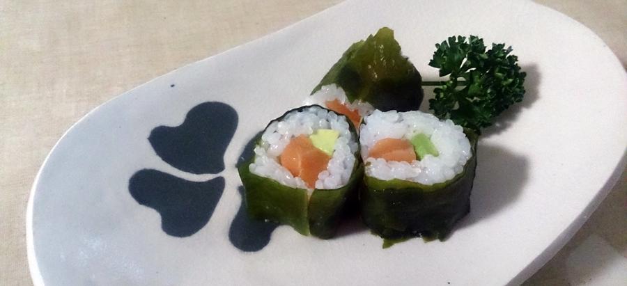 サーモンとアボカドのワカメ寿司